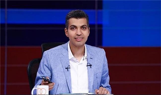 تیپ جالب عادل فردوسی پور در کلاس آنلاین دانشگاه صنعتی شریف + عکس