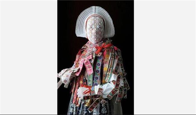 چرا طراحان لباس های عجیب و غریب طراحی می کنند؟ عجیب ترین طراحی های لباس