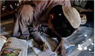 دانش آموز سیستانی  که نحوه درس خواندش خبرساز شد + عکس